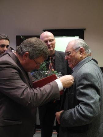 Heinz Mocza (rechts) wird von Udo Kath und Detelef Seiler für 60 Jahre Mitgliedschaft geehrt.