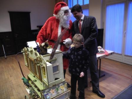 Kurz vor der Jubilarehrung: Der Bundestagskandidat Michael Thews mit dem Nikolaus an der Drehorgel.