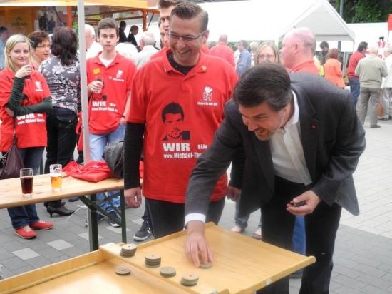 Michael Thews und Daniel Wolski beim Shuffelboard am Stand des SPD OV Beckinghausen beim Dorffest 90 Jahre Eingemeindung