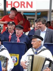 Michael Thews (rechts oben) überzeugt auch mit Seemannsliedern