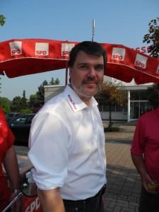SPD-Bundestagskandidat beim Infostand in Beckinghausen