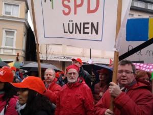 Thomas Klüh, Hans-Georg Fohrmeister und Udo Kath (von links) wechselten sich beim Hoch halten des AfA-Banners ab