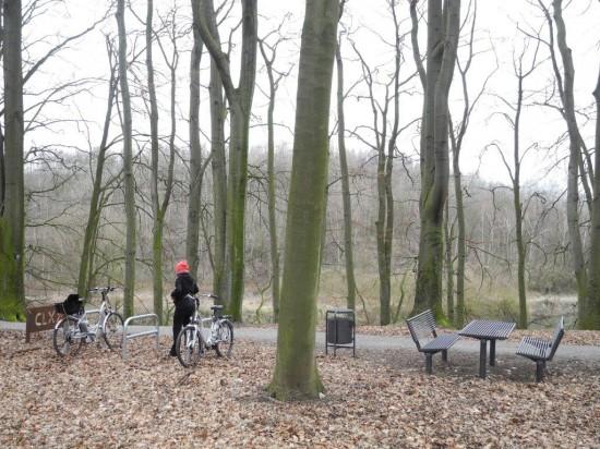 Bänke und Tisch Papierkorb Fahrradständer und KM 181 Schild der Römerroute bilden schon jetzt eine Einheit