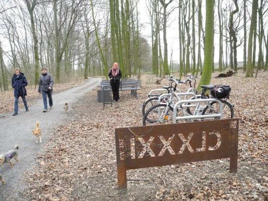 Das Uferkastell an der Lippeaue beliebter Fahrradstop auch für Spaziergängerinnen