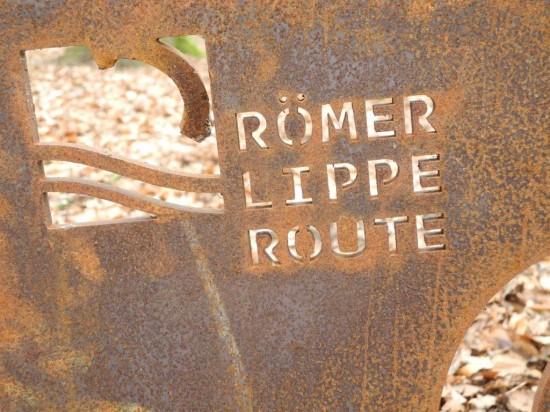 Ein Metallschild weist auf die RÖMERLIPPEROUTE am Uferkastell in Lünen-Beckinghausen hin