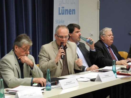 Rolf Möller (2. v.l) moderierte die Diskussionsrunde. Links Adi Siethoff IGBCE, MdB Michael Thews und NRW Arbeitsminister Guntram Schneider (3. 4. v.l.)