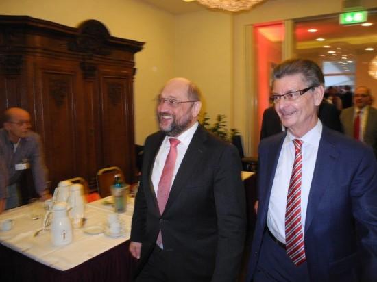 SPD-Spitzenkandidat Martin Schulz (rechts) und Norbert Römer, Vorsitzender der SPD-Fraktion im NRW Landtag beim politischen Aschermittwoch in Schwerte