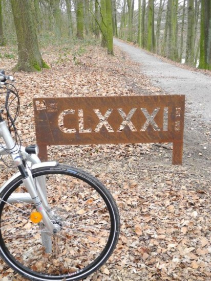 Symbol mit Fahrrad für die ROEMERLIPPPEROUTE steht auch am Uferkastell in Luenen-Beckinghausen