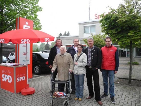 Alt und Jung beim Infostand des SPD-OV Beckinghausen