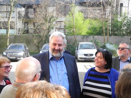 Bernhard Rapkay im Gespräch vor der parlamentarischen Gesellschaft
