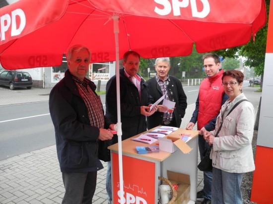 Renate Urban-Schmeltzer (rechts) stand am Infostand des SPD-OV Beckinghausen zahlreichen Interessierten Rede und Antwort