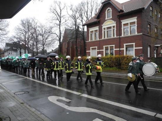 Über 50 Teilnehmer nahmen in Beckinghausen an der Veranstaltung zum Volkstrauertag trotz Regen teil
