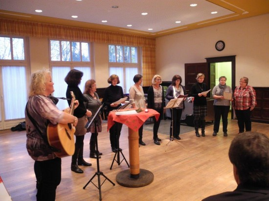 Überraschend mit einem Weihnachtsmedley auf Deutsch - der Lüner Chor Windlicht unter Leitung von Anke Filipiak
