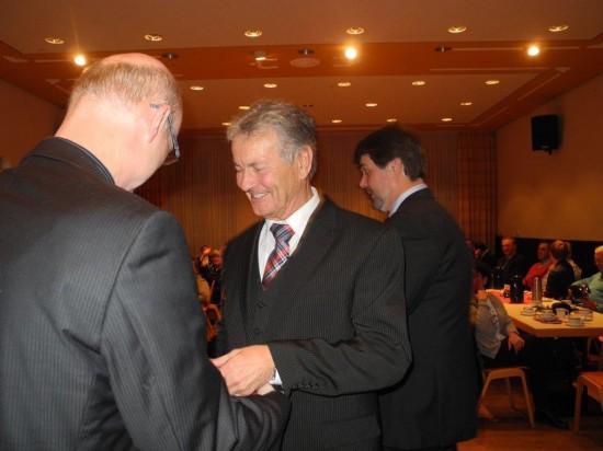 Toni gratuliert Karl-Heinz für 50 Jahre SPD Mitgliedschaft