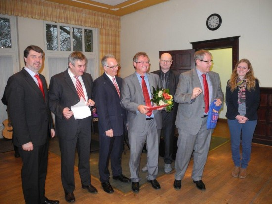Udo Kath erhielt als alter Wasserballer und Schwimmer ein Zusatzgeschenk von Sven Weber ein paar SPD-Badeschlappen