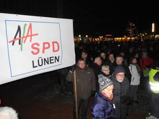 Die Afa und die SPD zeigen Flagge - hier mit Ortsvereinsvorsitzenden Udo Kath