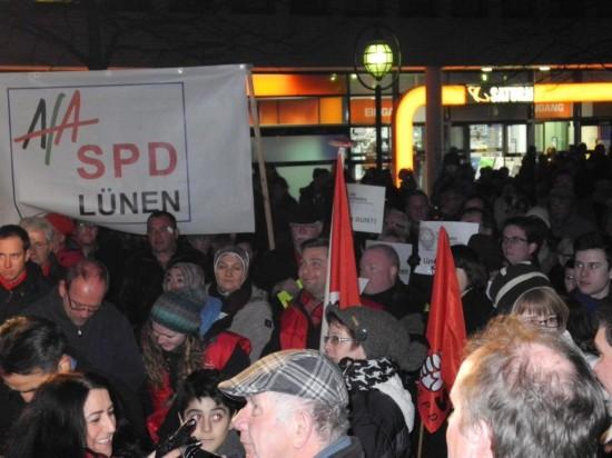 Vor dem AfA-Banner drängten sich viele Teilnehmer der Kundgebung