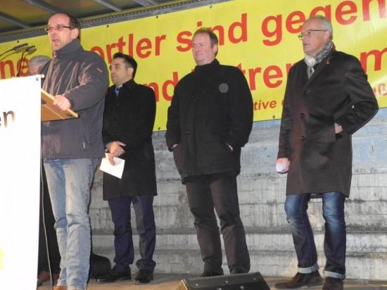 Rainer Schmeltzer eröffnete die Kundgebung - hinten vl.: Willi Stodollick, Gürbüz Demirhan (Lüner Integrationsrat), Michael Stachel (stellv. Superintendant des Ev. Kirchenkreis Dortmund), Thorsten Wagner