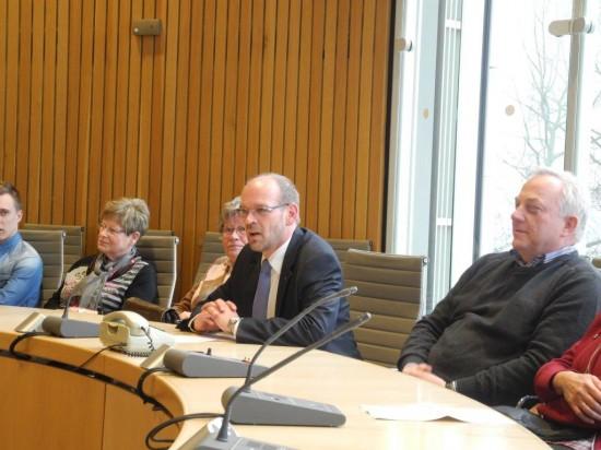Rainer Schmeltzer (2. von rechts) diskutierte mit den Lüner Besuchern landespolitische Themen