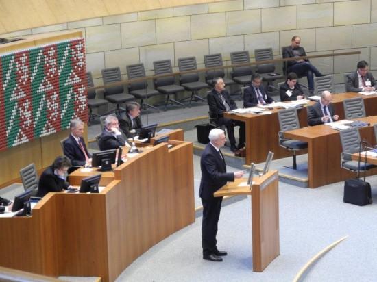 Wirtschaftsminister Garrelt Duin debattiert im Plenarsaal des Düsseldorfer Landtages