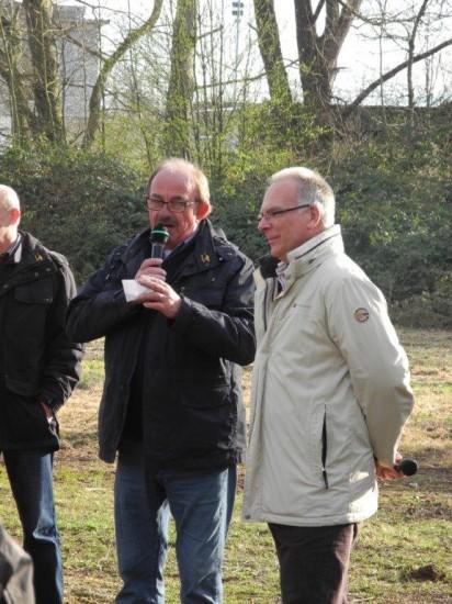 Dietmar Schroller (Kompanieführer) begrüsste Rolf Möller als stellv. Bügermeister beim Osterfeuer in Beckinghausen