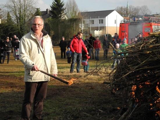 Rolf Möller zündete das Osterfeuer in Beckinghausen an
