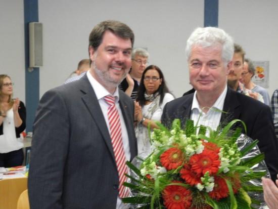 SPD-Stadtverbandsvorsitzender Michael Thews bedankt sich bei Willi Stodollick für die langjährige Tätigkeit als Bürgermeister
