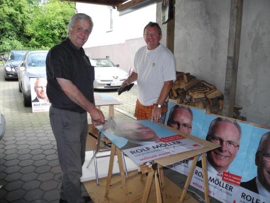 Ehrenamtliches Engagement für eine gute Sache - Udo Kath (rechts), SPD-OV-Vorsitzender in Beckinghausen und sein Stellvertreter Hans Kunze kleben Plakate für den Bürgermeisterwahlkampf 2015