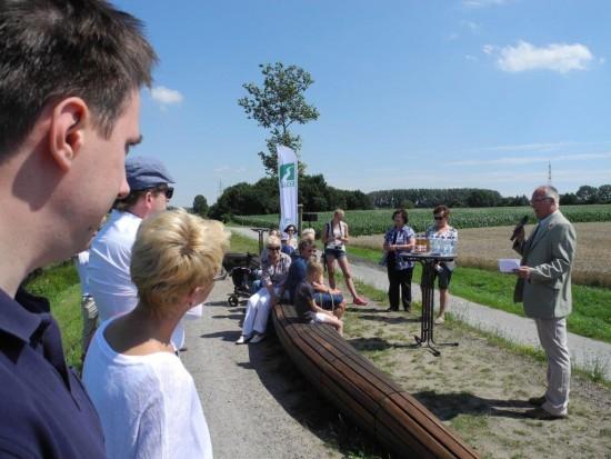 Rolf Möller (rechts) bedankte sich für das bürgerliches Engagement zur Pflege des Kunstwerkes an der Seseke in Beckinghausen