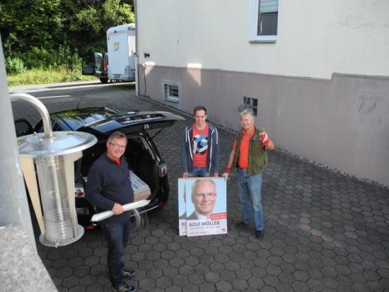 Udo Kath, Robert Schmidt und Karl-Heinz Fridriszik starten zum Plakate aufhängen in Lünen-Beckinghausen