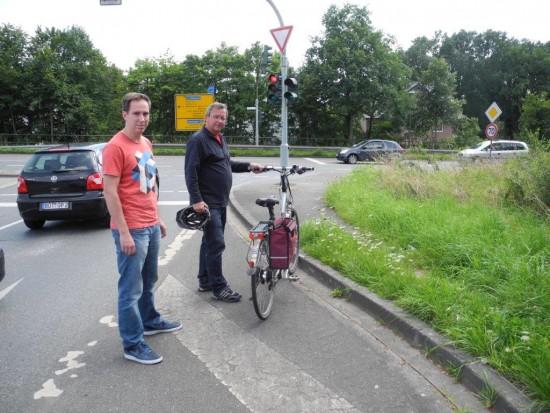 SPD-OV-Vors Udo Kath (rechts) und Schriftführer Robert Schmidt zeigen, dass die Radfahrer hier nicht weiter geführt werden.