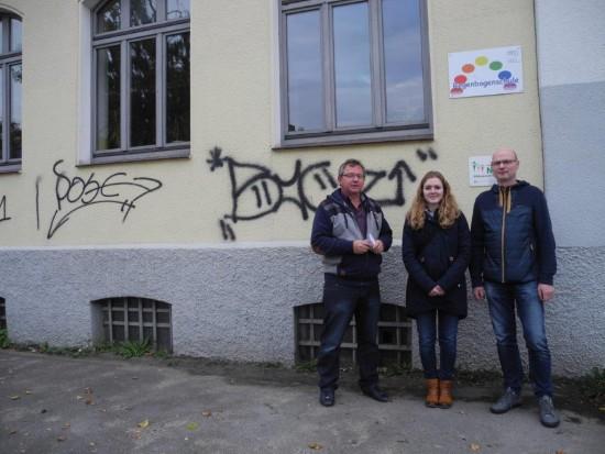 von links: Udo Kath (SPD-Ortsvereinsvorsitzender), Nina Kotissek (SPD-Bürgervertreterin) und Detlef Seiler (SPD-Ratsherr) trafen sich vor der Regenbogenschule in Lünen-Beckinghausen, die in 9 Monaten geschlossen werden soll.