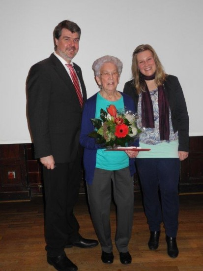 v.l.: Michael Thews (MdB), Helga Hansmeyer (für 50 Jahre Mitgliedschaft geehrt), Maike Püschel (OV-Vorsitzende Horstmar)