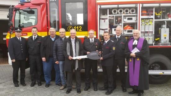 Der stellv. Bürgermeister Rolf Möller übergibt das Löschgruppenfahrzeug an Volker Löchter und Rainer Ashoff.