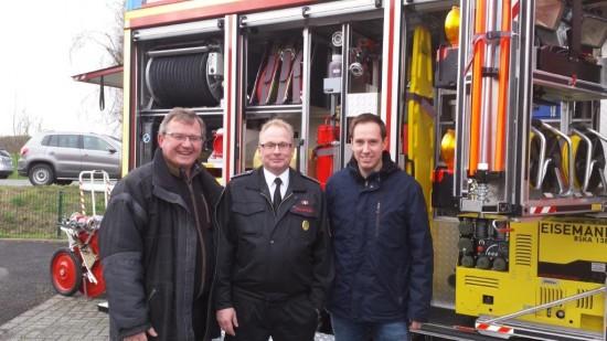 Vom neuen Löschgruppenfahrzeug ist auch der SPD-Ortsverein begeistert. V.l.: Udo Kath, Volker Löchter, Robert Schmidt