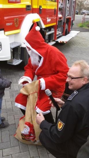 Ein Highlight für die anwesenden Kinder war sicherlich auch der Besuch des Nikolauses, hier unterstützt von Volker Löchter.
