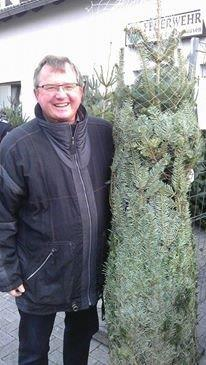 Der Vorsitzende des SPD-Ortsvereins Lünen-Beckinghausen, Udo Kath, hat auch einen Weihnachtsbaum bei der traditionellen Veranstaltung der freiwilligen Feuerwehr gekauft.