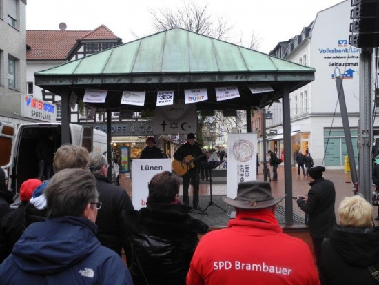 Über 400 Bürgerinnen und Bürger trafen sich gegen Rechts am Kupferdach