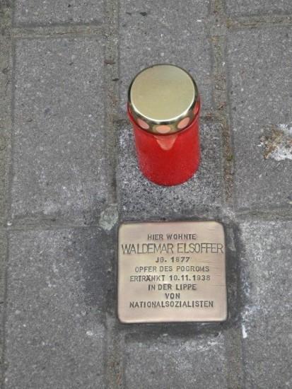Der gereinigte Stolperstein von Waldemar Elsoffer