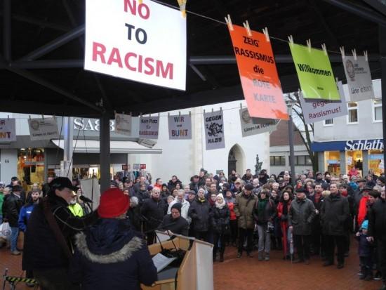 Horst Störmer und Erika Ross (links) eröffneten die Demo in Lünen gegen Fremdenfeindlichkeit, Rassismus und Spaltung der Gesellschaft. Bürgermeister Jürgen Kleine-Frauns (4. von links 1. Reihe) positionierte sich klar gegen Rechts