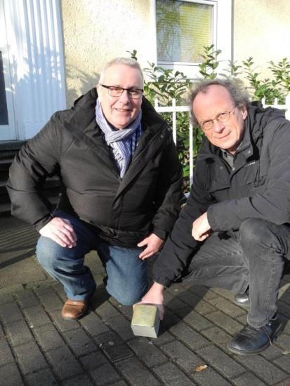 Die Ratsherren Siegfried Störmer (rechts) und Hubert Groth sponsern den abgeänderten Stolperstein von Waldemar Elsoffer, der am 27. Januar ab 17 Uhr vor seinem ehemaligen Wohnhaus an der Cappenberger Straße 35 c verlegt wird.