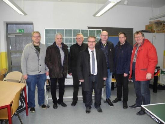 Zusammen mit Marc Stoverock (Mitte) vom ZGL informierten sich die Vorstandsmitglieder des SPD-Ortsvereins Lünen-Beckinghausen und dem Ratsherren Detlef Seiler (3. von rechts) über den Zustand der demnächst freistehenden Schule an der Kreuzstraße.