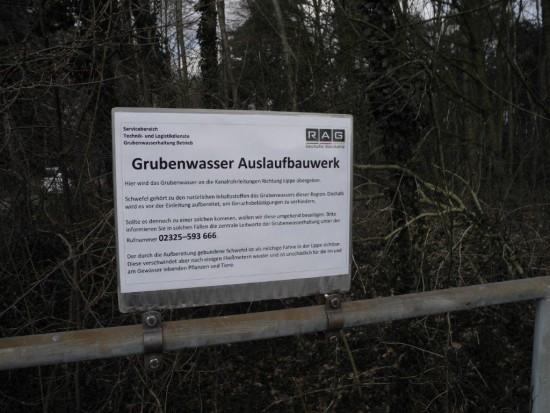 Ein neues Hinweisschild in Siedlungsnähe weist auf die Hotline der Grubenwasserhaltung hin.