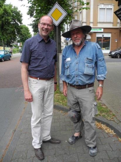 Der Integrationsminister von NRW, Rainer Schmeltzer, lobte die Stolpersteinaktion von Gunter Demnig