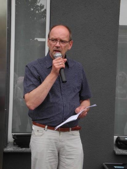 Integrationsminister Rainer Schmeltzer redet in Gahmen im Rahmen der Stolpersteinverlegung