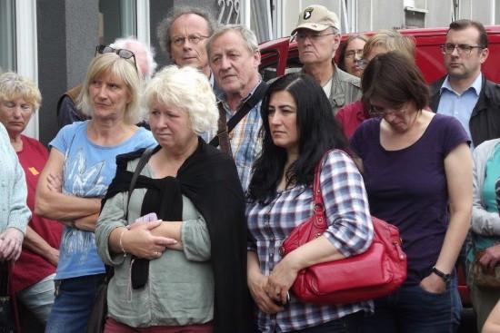 Die Zuhörer hören sich die Tagebuchverlesung in Gahmen an
