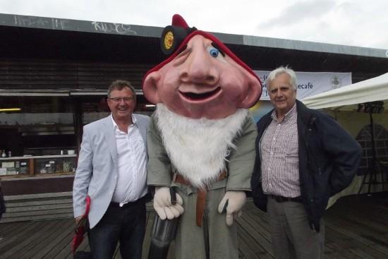 Udo Kath (links) und Hans Kunze vom SPD-Ortsverein  Lünen-Beckinghausen verbindet mit Ewald Zappenduster seit 20 Jahren eine  enge Freundschaft. Jetzt soll das Lüner Maskottchen wieder öfter zum Einsatz  kommen.