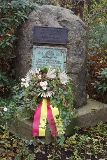 Der Kranz der Stadt Lünen anlässlich des Volkstrauertages am Ehrenmal in Beckinghausen