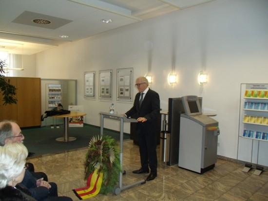 Der erste Beigeordnete der Stadt Lünen Horst Müller-Baß erinntert bei seiner Gedenkrede an die Opfer von Kriegen und Gewalt in den Räumen der Beckinghausener Sparkasse