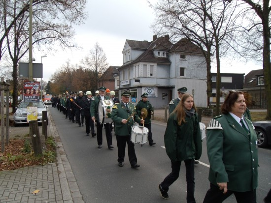 Nach der Gedenkrede in der Sparkasse gingen die TeilnehmerInnen gemeinsam unter Begleitung des Spielmannszuges zum Ehrenmal am Kanal